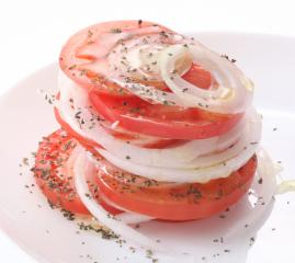 トマトと新玉ねぎのシンプルサラダ