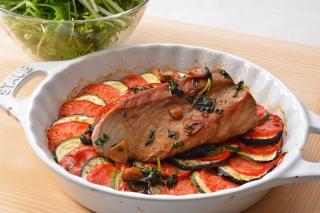 かつおのロースト なすとズッキーニ、完熟トマトの重ね焼 水菜のサラダ添え