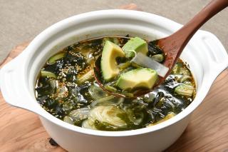 わかめとアボカドの中華風スープ