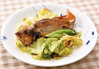 旬の魚(あじやめばるなど)とキャベツのフライパン焼き